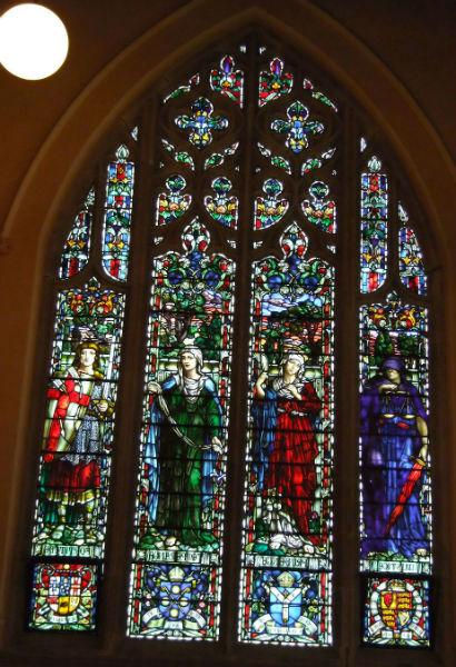 Un vitrail représentant une scène religieuse.