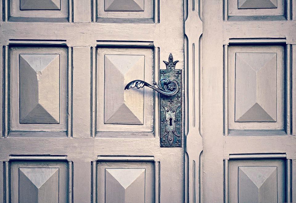 Serrure de porte bloquée ? N'intervenez pas seul