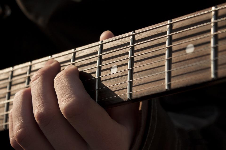 Première guitare : classique, folk ou électrique ?